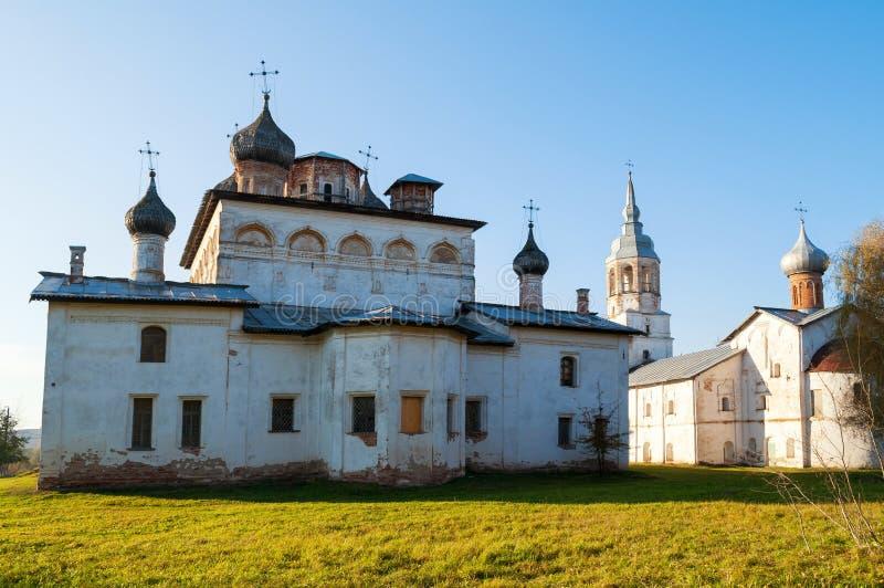 novgorod Ρωσία veliky Μοναστήρι Derevyanitsky - καθεδρικός ναός αναζοωγόνησης και υπόθεση της εκκλησίας της Virgin με το καμπαναρ στοκ εικόνα