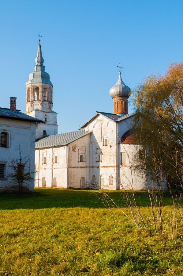 novgorod Ρωσία veliky Μοναστήρι Derevyanitsky στα περίχωρα Veliky Novgorod, υπόθεση της εκκλησίας της Virgin με το καμπαναριό στοκ εικόνες