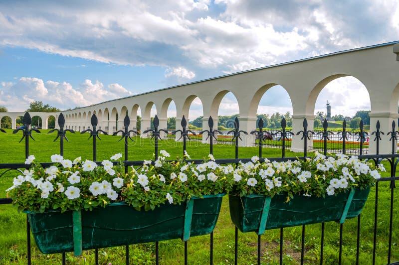 novgorod Ρωσία veliky Πάρκο και προαύλιο Yaroslav arcade στη θερινή ηλιόλουστη ημέρα, λουλούδια στο πρώτο πλάνο στοκ φωτογραφία με δικαίωμα ελεύθερης χρήσης