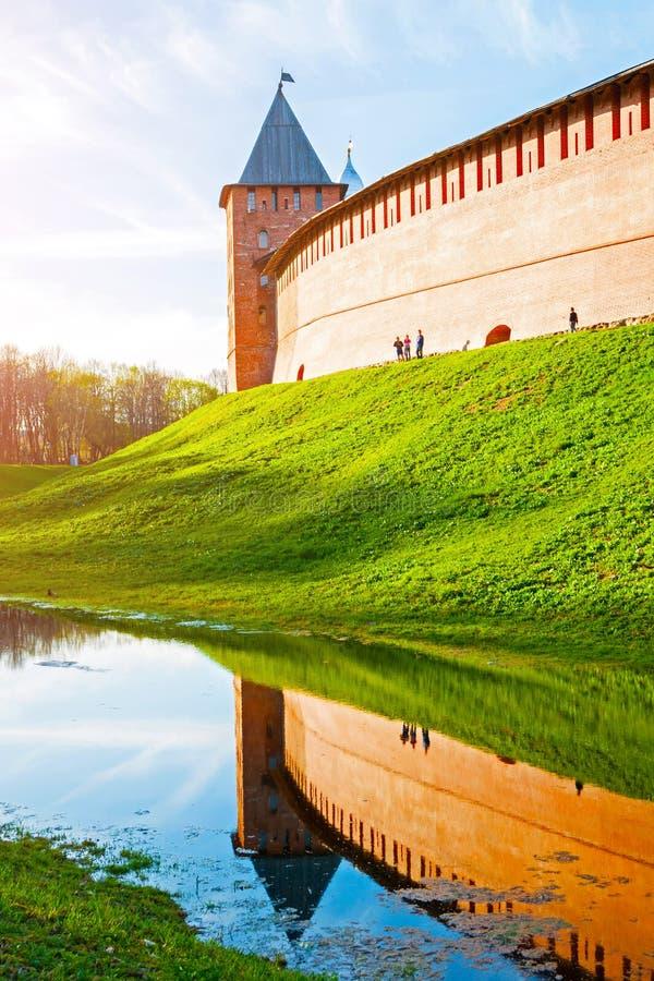 novgorod Ρωσία veliky Πύργος του φρουρίου Veliky Novgorod Κρεμλίνο, Ρωσία Άποψη θερινού ηλιοβασιλέματος στοκ φωτογραφίες με δικαίωμα ελεύθερης χρήσης