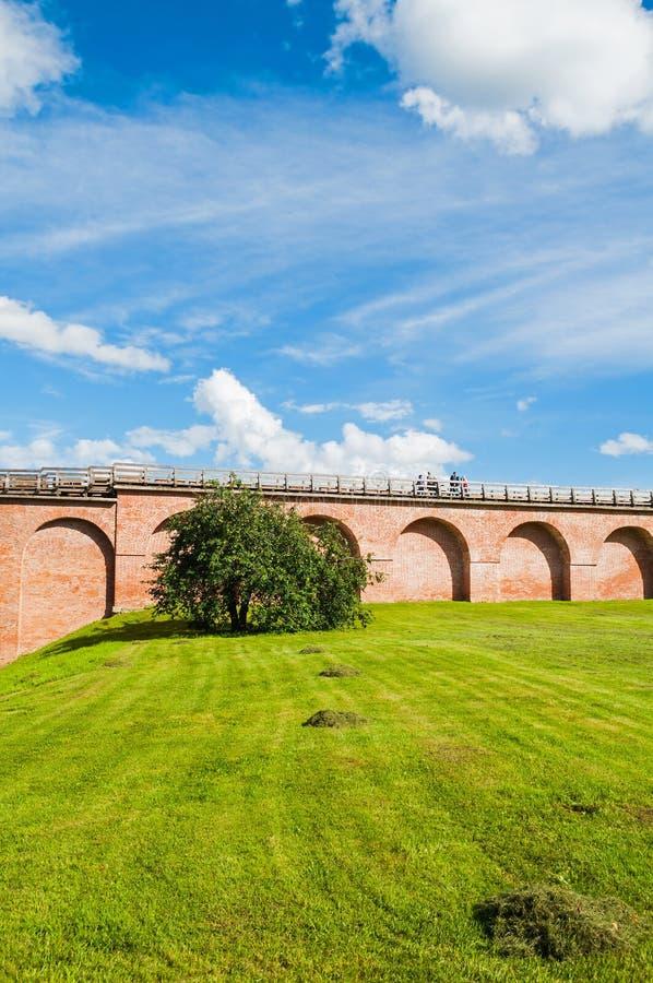 novgorod Ρωσία veliky Τοίχος οχυρώσεων του Κρεμλίνου Novgorod στην ηλιόλουστη θερινή ημέρα στοκ εικόνες με δικαίωμα ελεύθερης χρήσης