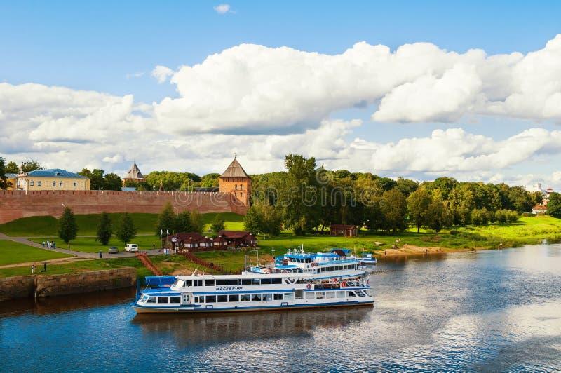 Novgorod het Kremlin en toeristische zeilboten bij de pijler bij de Volkhov-rivier, Veliky Novgorod, Rusland stock afbeeldingen