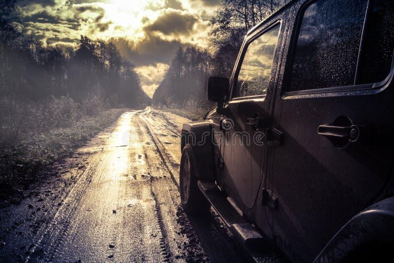 Novgorod region, Rosja, Październik 5, 2016, droga dżipa wyprawa wioski Novgorod region dżipa Wrangler jest a zdjęcie stock
