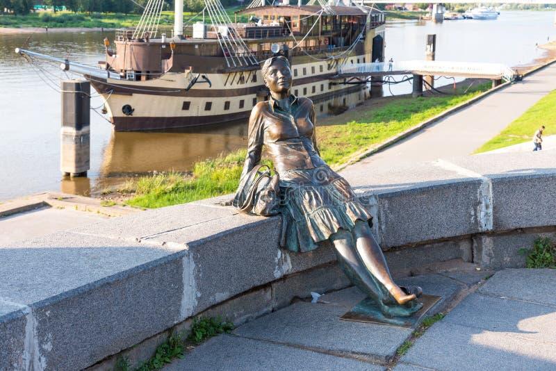 Novgorod, Rusland - Augustus 31, 2018: Beeldhouwwerk van vermoeid toeristenmeisje op de achtergrond van de rivier Meisje-toerist  royalty-vrije stock afbeelding