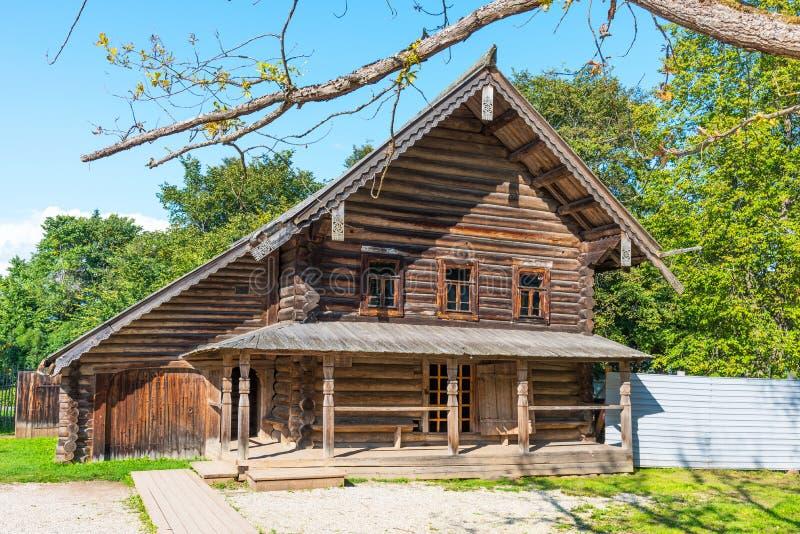 Novgorod Ryssland - Augusti 31, 2018: Vitoslavlitsy museum av träarkitektur Typisk ryskt gammalt hus arkivbilder
