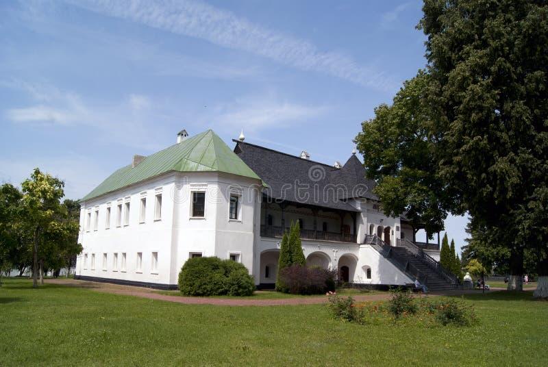 NOVGOROD-SIVERSKIY UKRAINA, 19 07 2015 - byggnad av museet arkivfoton