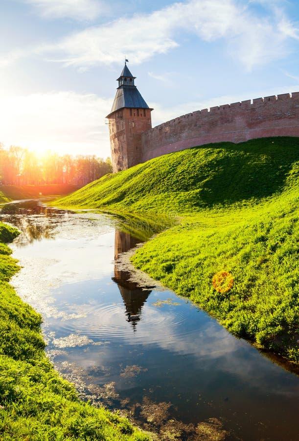 ???????? novgorod veliky Πύργος Savior το ηλιόλουστο βράδυ στοκ φωτογραφία με δικαίωμα ελεύθερης χρήσης