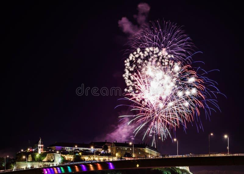 Novi унылое /Serbia - 12-ое июля 2018: Фейерверки на вечере торжественного открытия музыкального фестиваля выхода стоковые фото