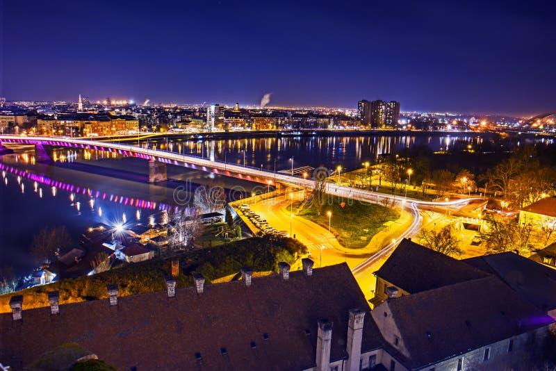Novi Sad nachts lizenzfreie stockbilder
