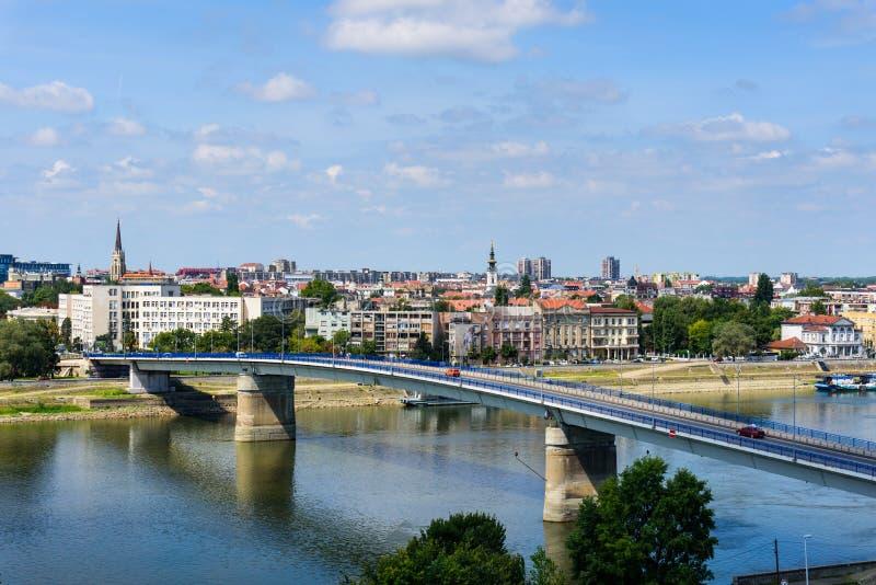 Novi Sad pejzaż miejski nad Danube rzeką w północnym Serbia obrazy stock
