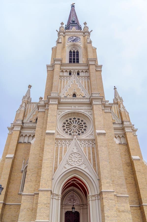 NOVI SAD, SÉRVIA - 17 de abril catedral católica na cidade sérvio, Novi Sad imagem de stock royalty free