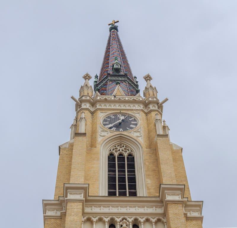 NOVI SAD, SÉRVIA - 17 de abril parte superior da catedral católica na cidade sérvio, Novi Sad Fotografou em Novi Sad, Sérvia o 17 imagem de stock