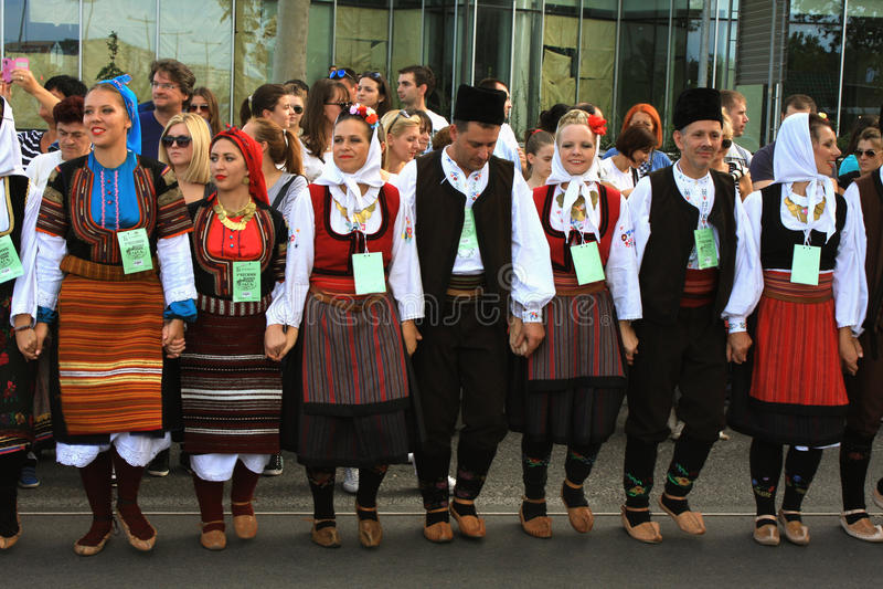 Novi Sad, Sebia: 4 Ottobre 2015 Gruppo di folclore dalla Serbia immagini stock libere da diritti
