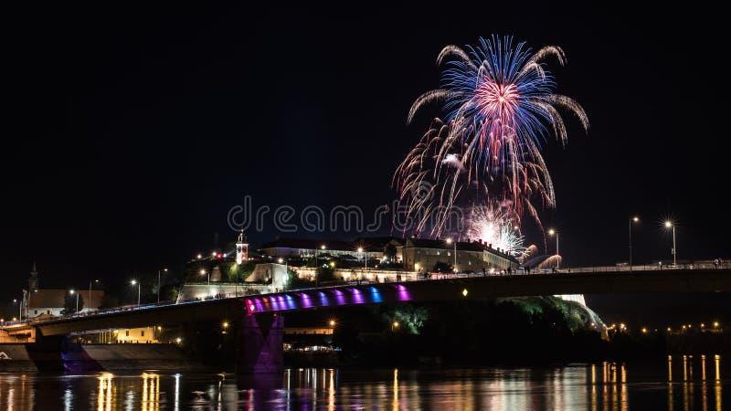 Novi Sad /Serbia - 12 de julho de 2018: Fogos-de-artifício na noite da inauguração do festival de música da saída imagens de stock