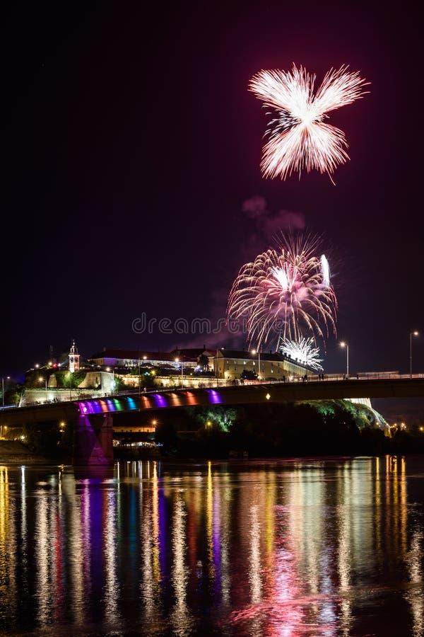 Novi Sad /Serbia - 12 de julho de 2018: Fogos-de-artifício na noite da inauguração do festival de música da saída fotos de stock