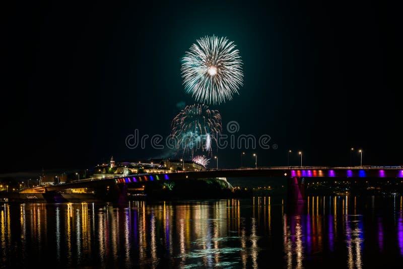 Novi Sad /Serbia - 12 de julho de 2018: Fogos-de-artifício na noite da inauguração do festival de música da saída imagens de stock royalty free