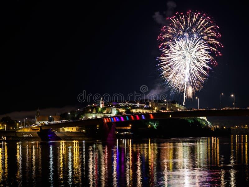 Novi Sad /Serbia - 12 de julho de 2018: Fogos-de-artifício na noite da inauguração do festival de música da saída imagem de stock royalty free