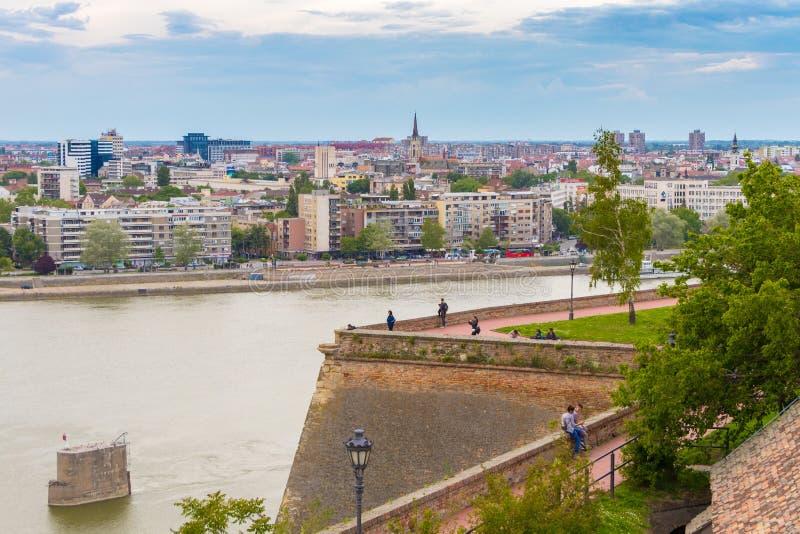 Novi Sad, Serbia - 12 maggio 2019: Paesaggio urbano di Novi Sad dall'altezza della fortezza di Petrovaradin fotografia stock libera da diritti