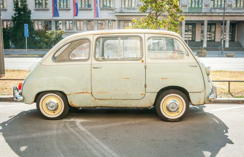 novi SAD serbia Oktober - 14 2018 Den gamla tidmätaretappningFiat 600 Multipla bilen producerade från 1956 till 1969 som parkerad arkivbild