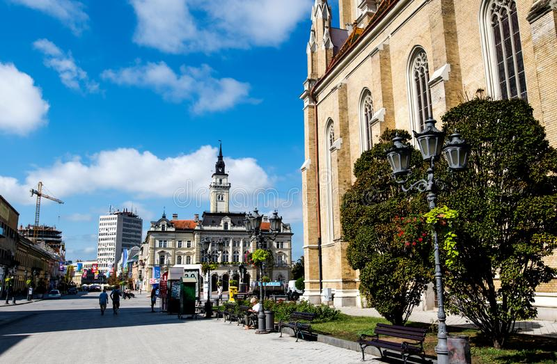 Novi Sad Serbia, Sierpień, - 15, 2018: Novi Sad zwyczajny chodzący teren przy centralne miasto kwadratem na słonecznym dniu zdjęcie stock