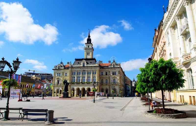 Novi Sad Serbia, Sierpień, - 15, 2018: Novi Sad zwyczajny chodzący teren przy centralne miasto kwadratem na słonecznym dniu obraz stock