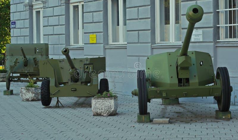 NOVI SAD, SERBIE - 14 juillet : Vieux canons antichars, réparé, reconstitué et sur l'affichage image stock