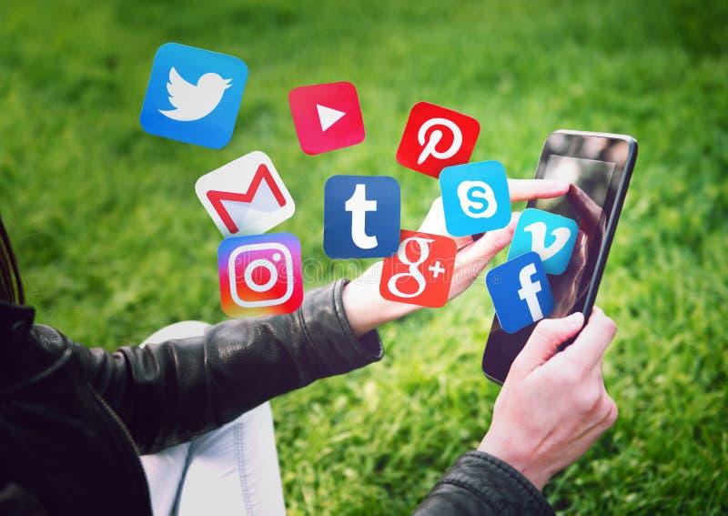 NOVI SAD, SERBIE 17 MAI 2016 : Facebook, Gmail, Instagram, Wikipedia, YouTube et d'autres icônes d'application volant hors d'un c images libres de droits