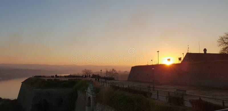 Novi Sad - Serbien - solnedgång royaltyfri foto