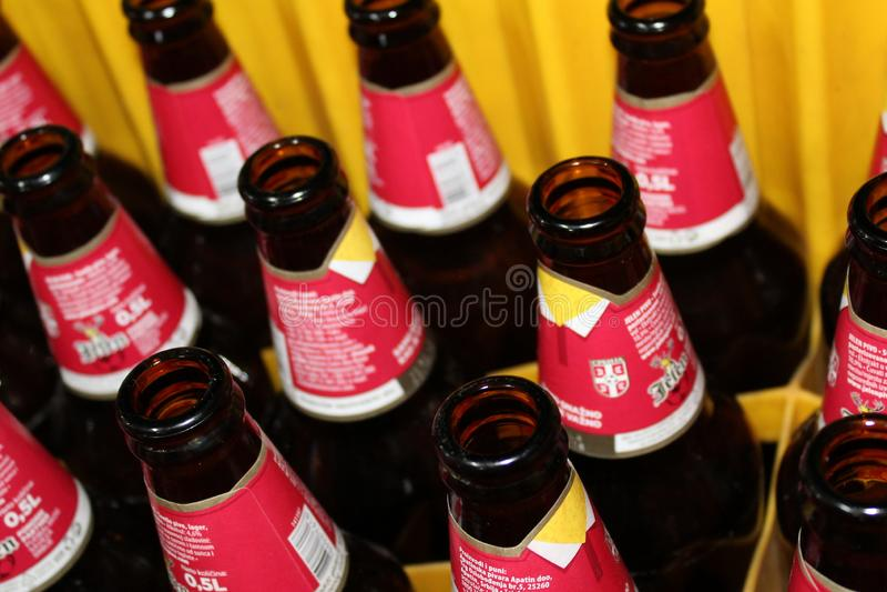Novi triste, Serbia, 06 02 2018 botellas vacías marrones de cerveza fotos de archivo libres de regalías