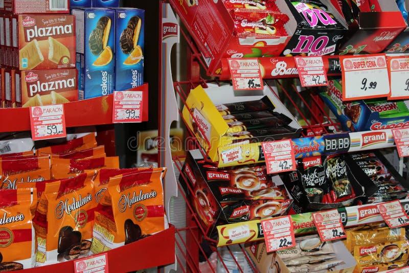 Novi triste, Serbia, 06 02 2018 dulces y los productos salados alinearon los estantes fotografía de archivo libre de regalías