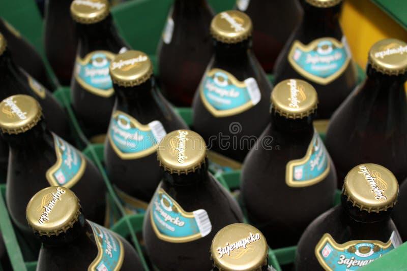 Novi triste, Serbia, 06 02 2018 garrafas marrons da cerveja com copos dourados fotos de stock