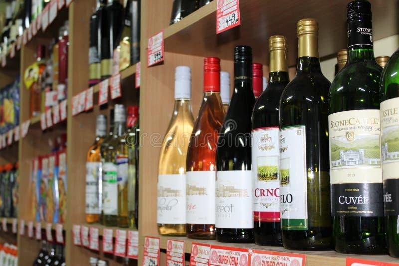 Novi triste, Serbia, 06 02 2018 prateleiras com as garrafas de uma variedade do vinho para a venda fotos de stock