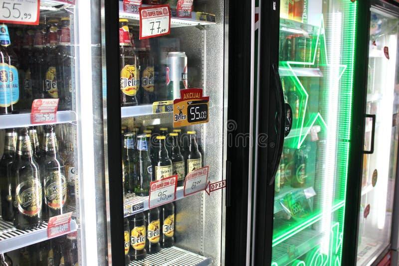 Novi triste, Serbia, 06 02 2018 refrigeradores llenos de bebidas imagenes de archivo