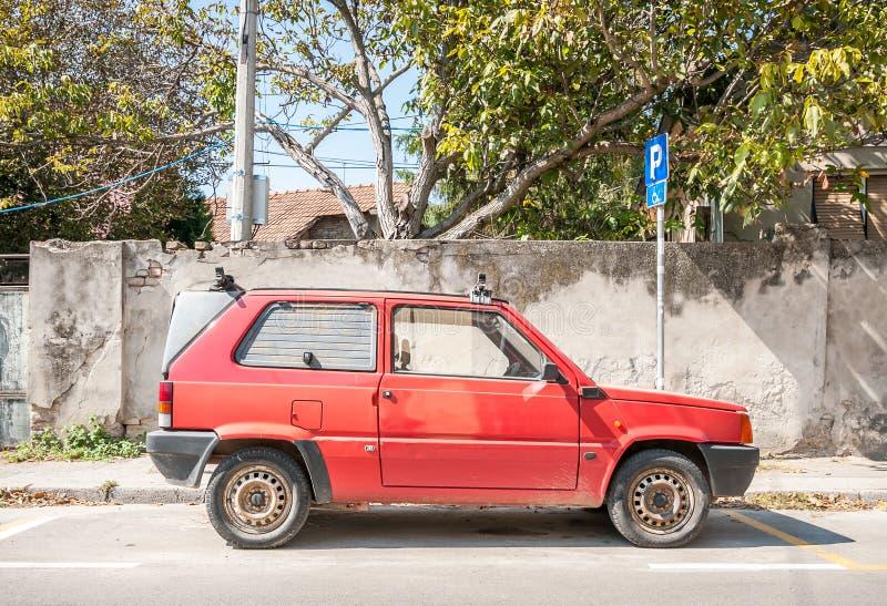 Novi triste, Serbia 16 settembre al 2018 La vecchia automobile del carico di Fiat Panda ha parcheggiato sulla via nella città Imm immagini stock libere da diritti