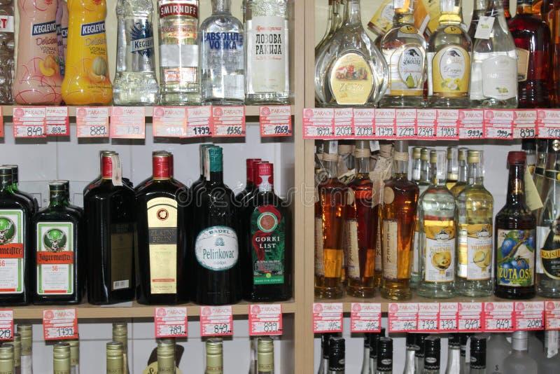 Novi triste, Serbia, 06 02 2018 tipos diferentes do álcool na venda com preços foto de stock royalty free