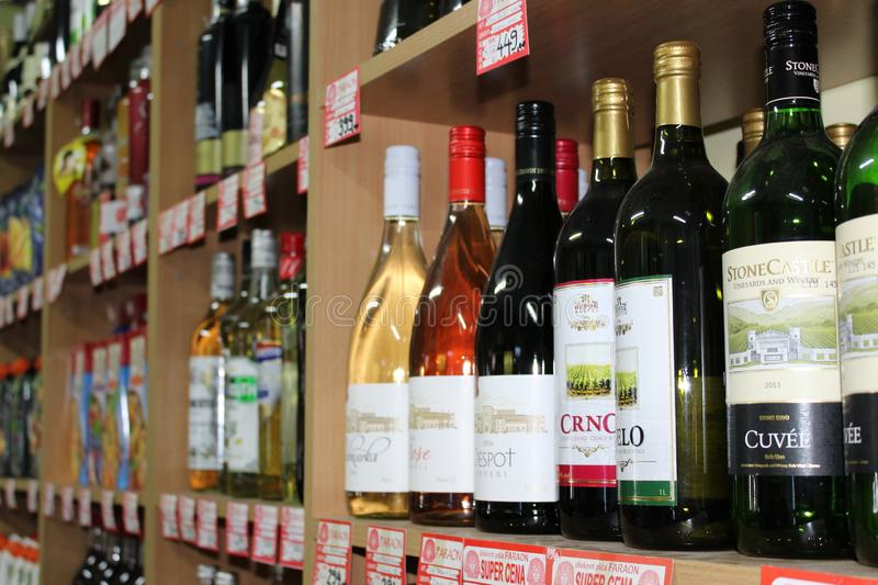 Novi triste, Serbie, 06 02 2018 étagères avec des bouteilles d'une variété de vin à vendre photos stock