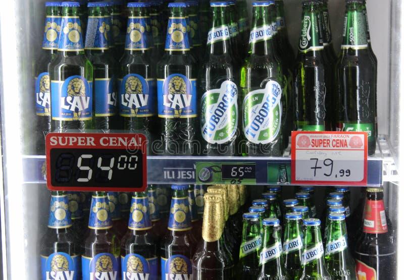 Novi triste, Serbie, 06 02 2018 beaucoup ont stigmatisé différentes bières en vente avec des prix images libres de droits