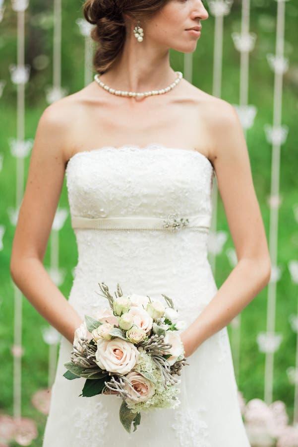 Novia apacible en un vestido de boda blanco fotografía de archivo libre de regalías
