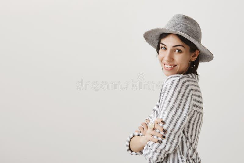 Novia atractiva que presenta para hacer la nueva imagen el vacaciones Muchacha caucásica de moda en el sombrero elegante que se c imágenes de archivo libres de regalías