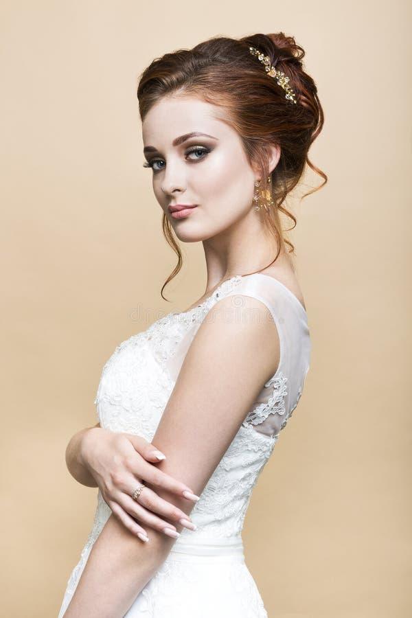 Novia bastante caucásica de los jóvenes en vestido de boda imagenes de archivo