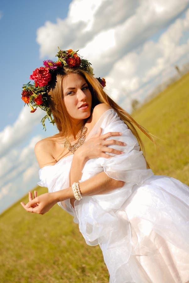 Novia bastante romántica en guirnalda de la flor en empañado fotografía de archivo libre de regalías