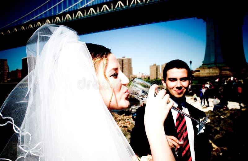 Novia cerca del puente de Brooklyn imagenes de archivo