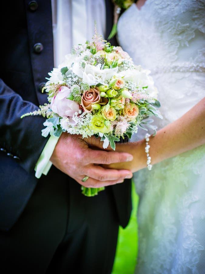 Novia con el novio que sostiene el ramo de la boda en la ceremonia fotos de archivo libres de regalías