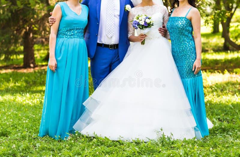 Novia con las damas de honor en el parque en día de boda foto de archivo