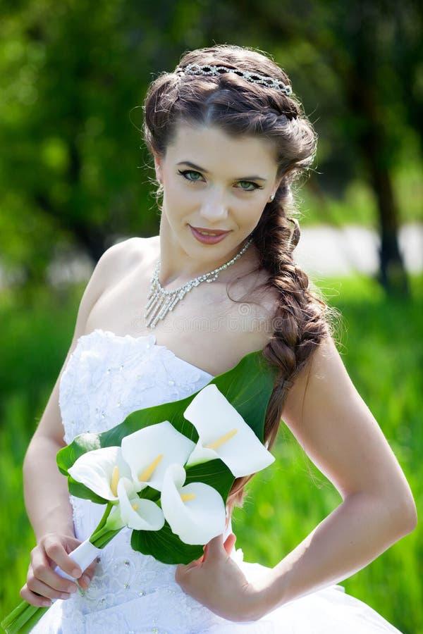 Novia con las flores de las calas fotografía de archivo libre de regalías