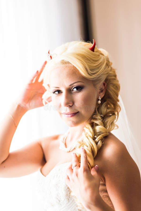 Novia con los cuernos del diablo para Halloween imagen de archivo