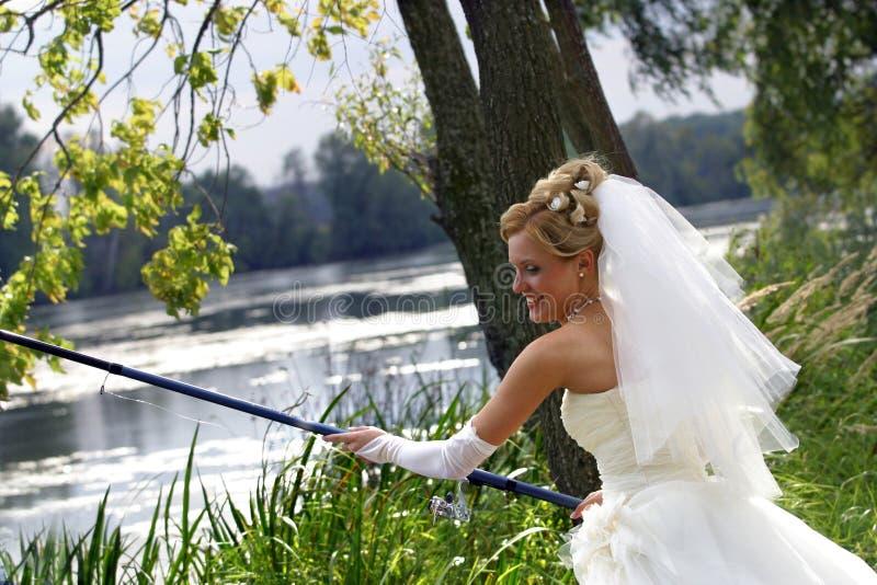 Novia con trastos de pesca foto de archivo