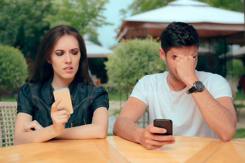 Novia curiosa que comprueba el teléfono del novio que recibe mensajes de textos fotos de archivo