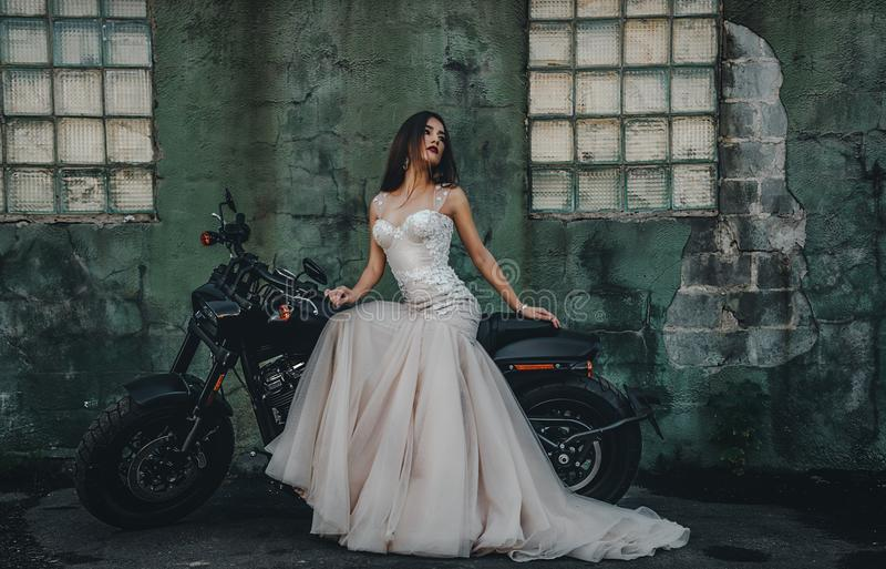 Novia de la chica joven en una nueva motocicleta del ` s del hombre imagen de archivo libre de regalías