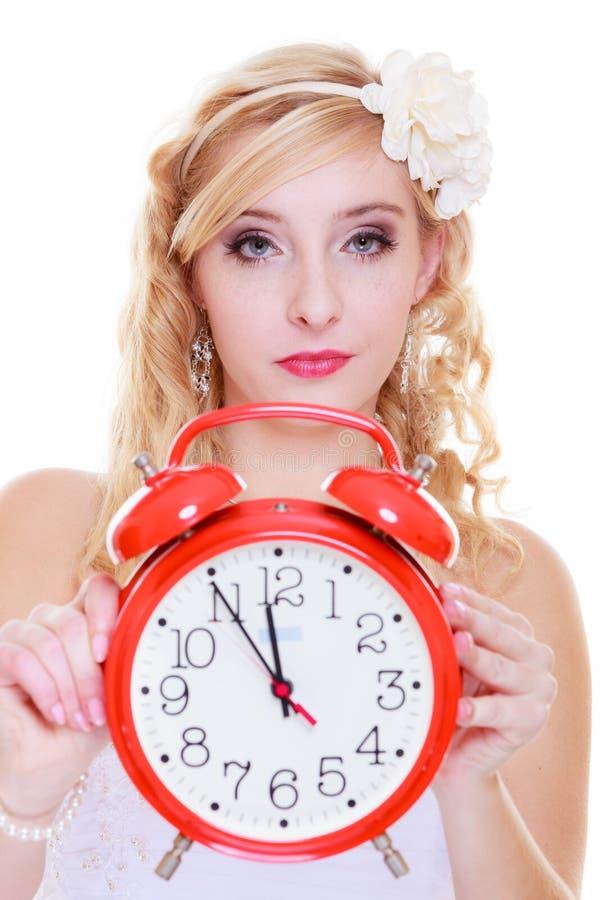Novia De La Mujer Que Sostiene El Reloj Rojo Grande Imagen de ...